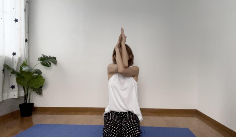 STEP1:肩の高さで腕を交差して手を合わせる