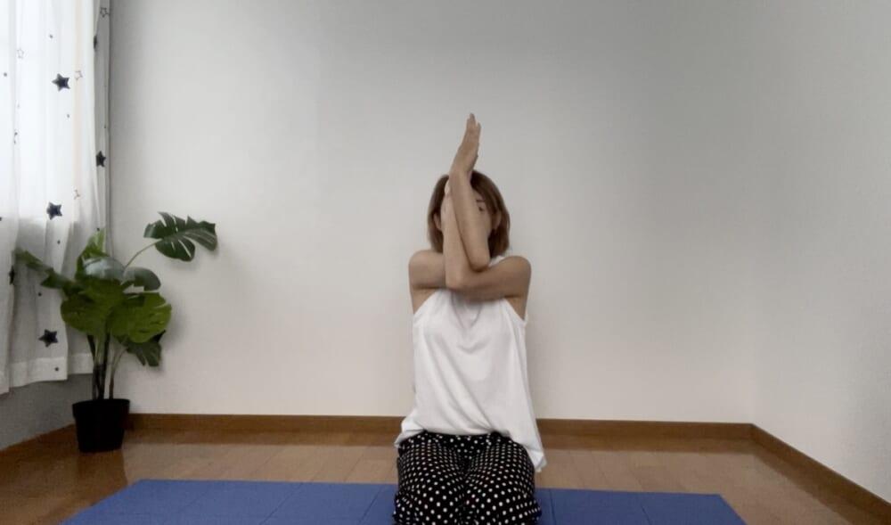 ポーズを深めたい方は、手のひら同士を合わせると肩甲骨周りの筋肉がよりストレッチされますよ