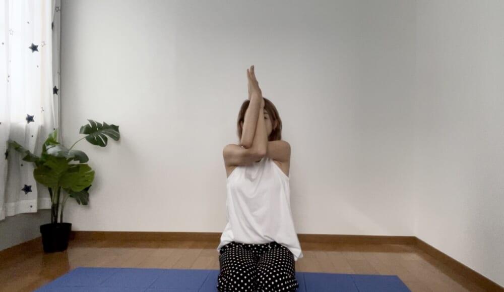 右腕が上、左腕が下になるように交差させます。手の甲、または手のひら同士を合わせてください