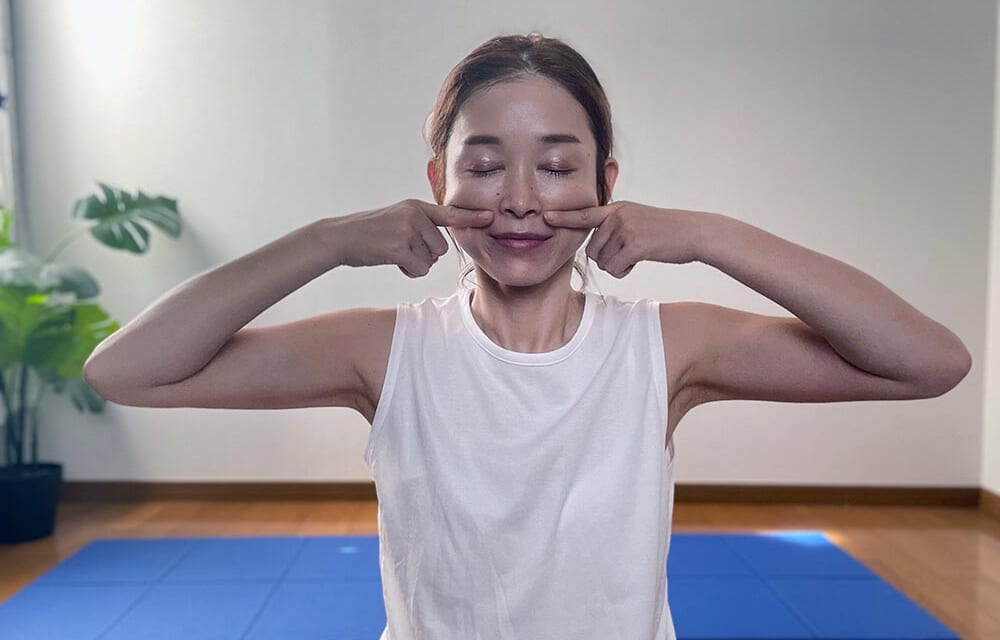 STEP2:頬下に人差し指をあて、上に引き上げる