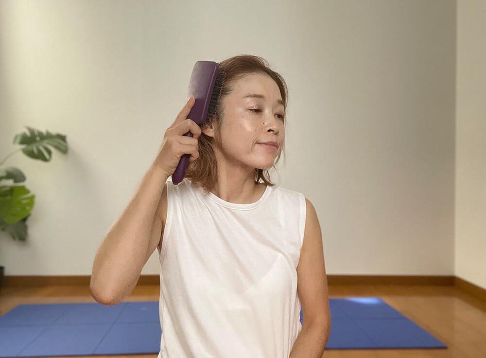 次は、耳上からスタートし、頭頂部に向かってブラッシングします