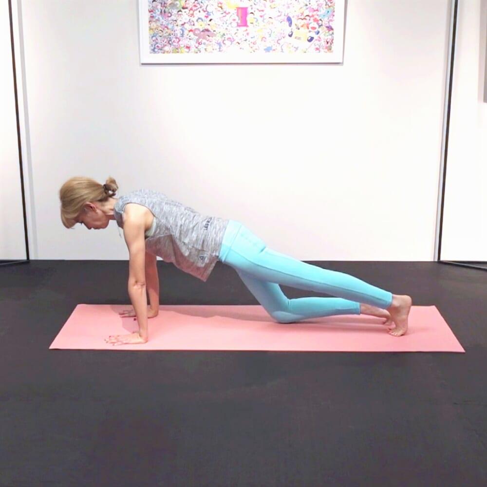 「右膝を曲げ床につけ伸ばす→左膝を曲げ床につけ伸ばす」という動作を左右6回(合計12回)繰り返します