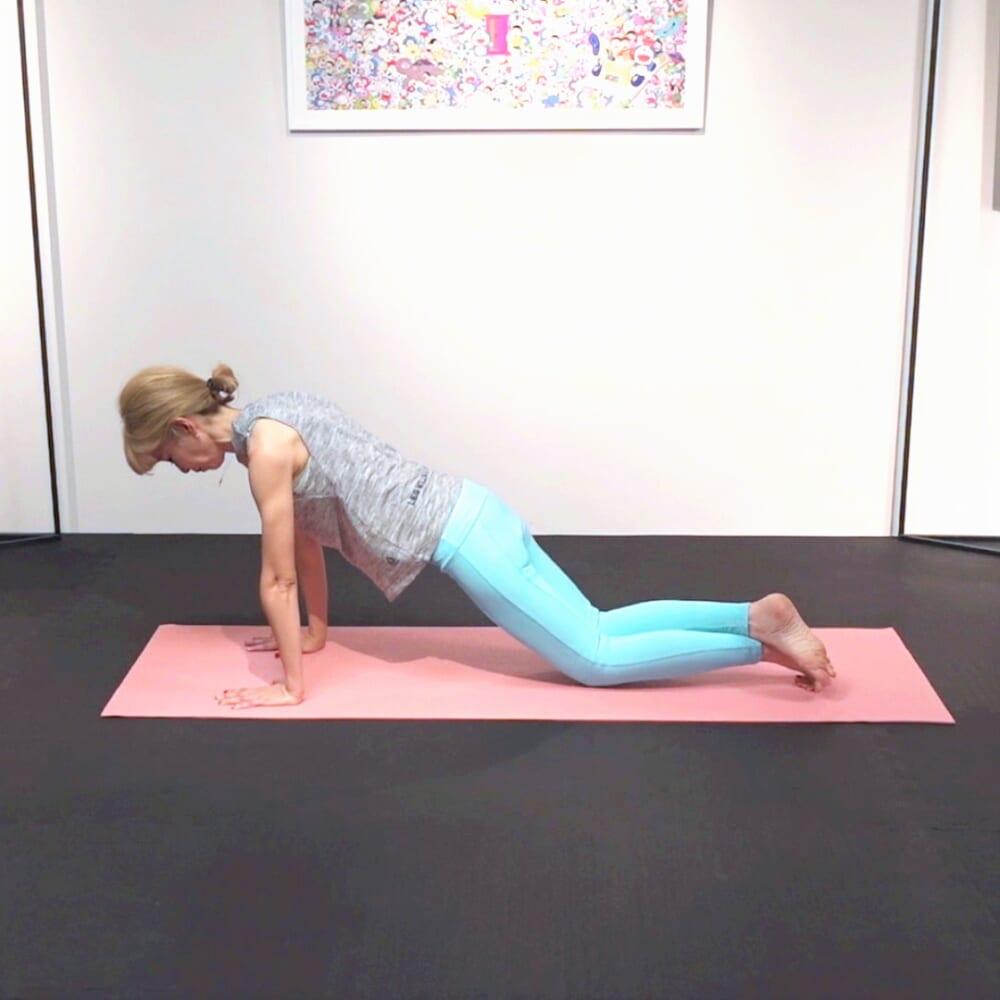 「両膝を重ねたまま膝を床につける→伸ばす」という動作を5回繰り返します。脚を入れ替えて、同様に動作を繰り返します