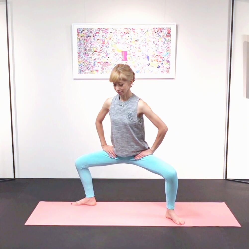 姿勢を整えます。脚幅を1メートルほど開き、脚の付け根(鼠蹊部)に手をそえます。お尻を後ろに突き出すように股関節を曲げて、腰をおろします。膝が直角に曲がるところを目安に、膝はつま先と同じ方向に向けます