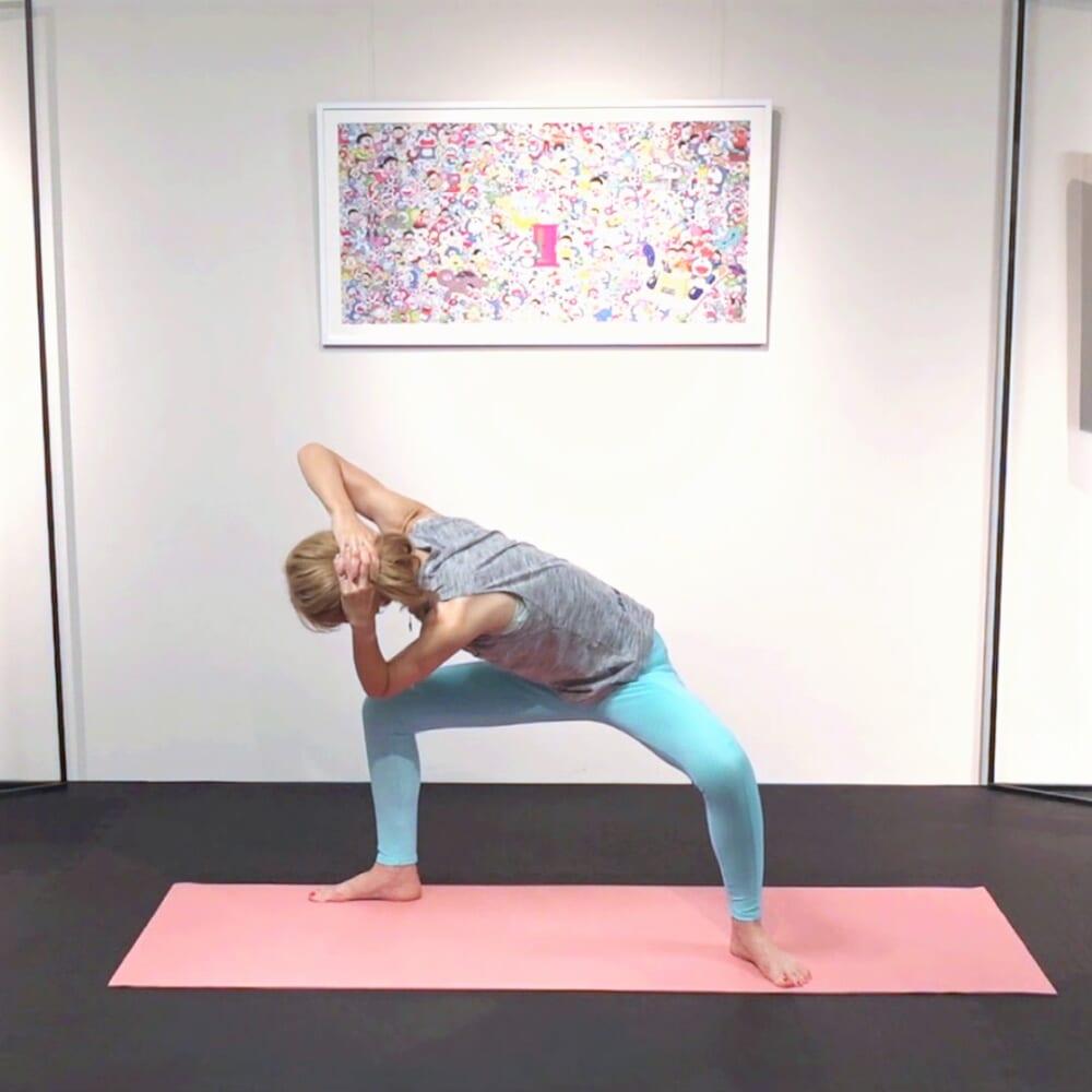 吐く息とともに、左肘を右膝にタッチ(近づける)します。この時、お尻が後ろに出すぎて腰が丸まりすぎないように、左の肩甲骨から右膝にタッチするイメージで動作してください