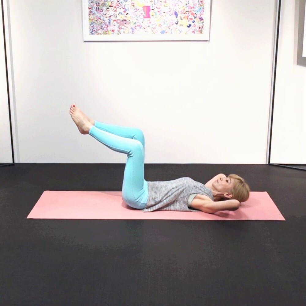 床に仰向けになり、脚の付け根を直角に曲げてつま先をつけます。両手を後頭部付近にそえて、両肘を床から10センチほどはなして肩甲骨を床につけます