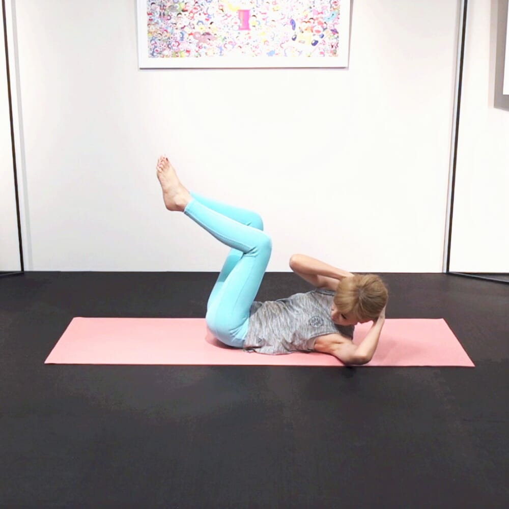 そのまま左の肩甲骨で床を押しながら右肘を左方向に動かします