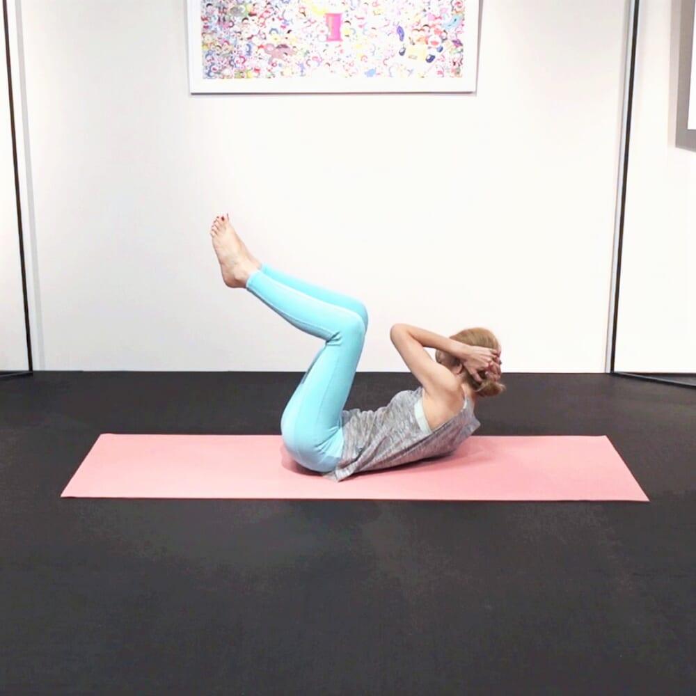 吸う息で上体を正面に戻し、吐く息で右肘も(3)同様に行います。8回ずつ(合計16回)動作を繰り返します。動作中は「つま先同士がはなれない」「お尻が床からはなれ過ぎない」「ねじった方と反対側の肩甲骨が床からはなれない」ということに注意してくださいね
