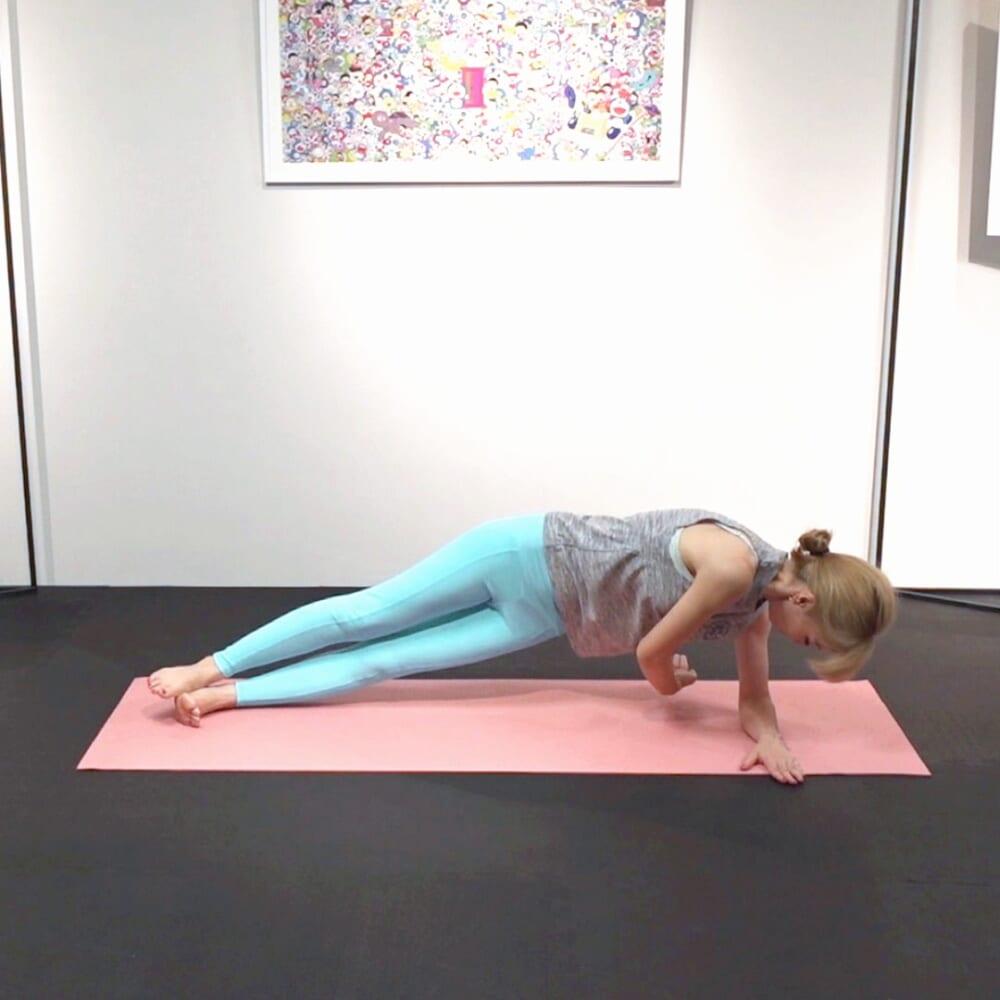 吐く息とともに、右肩甲骨から右指先を左腕下から後ろ方向に伸ばす動作を5回繰り返します