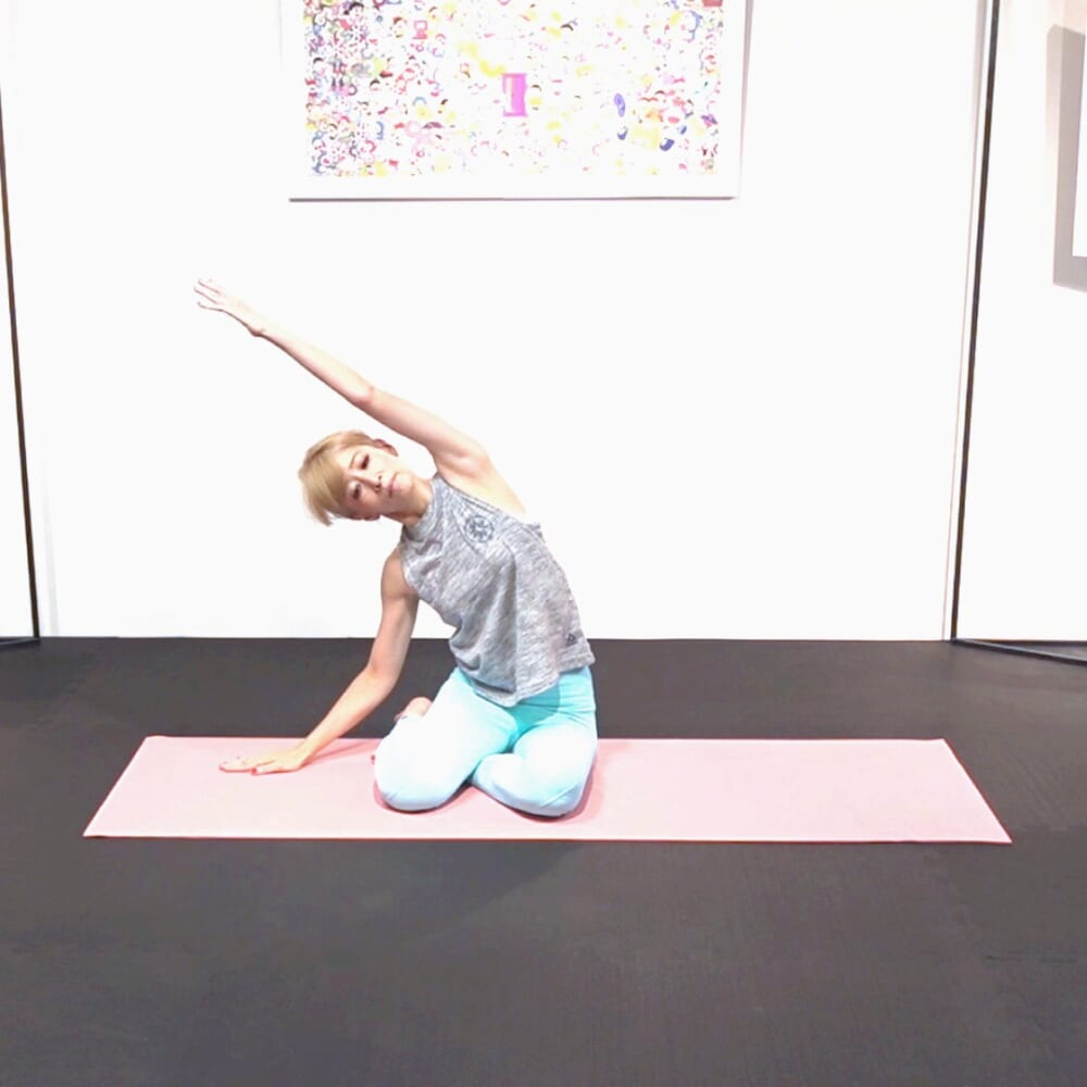 左腕を斜めに伸ばして、わき腹をゆっくりストレッチ。反対側も同様に動作を繰り返します