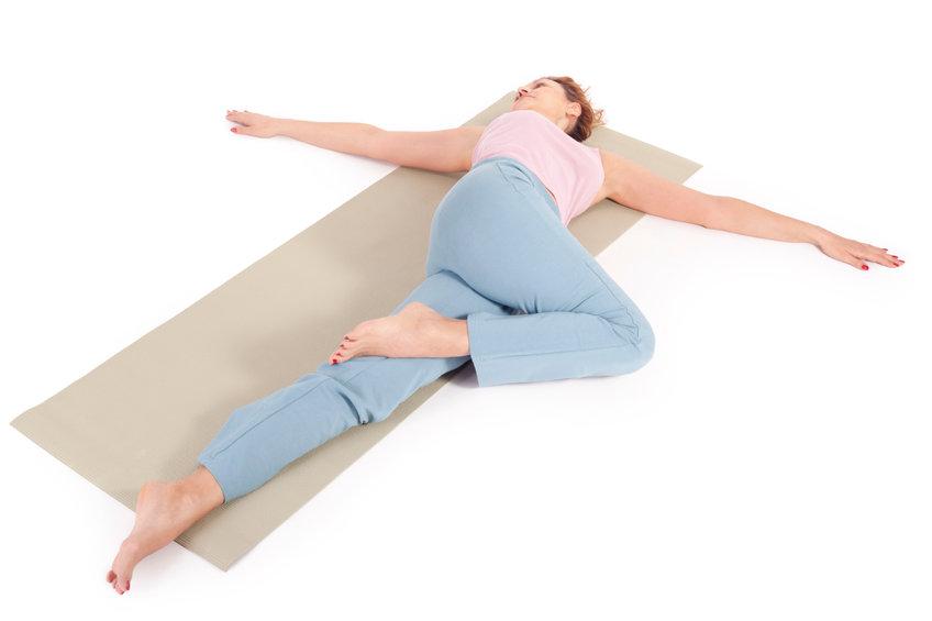 寝る前に20回!姿勢&背中のたるみ改善ストレッチ