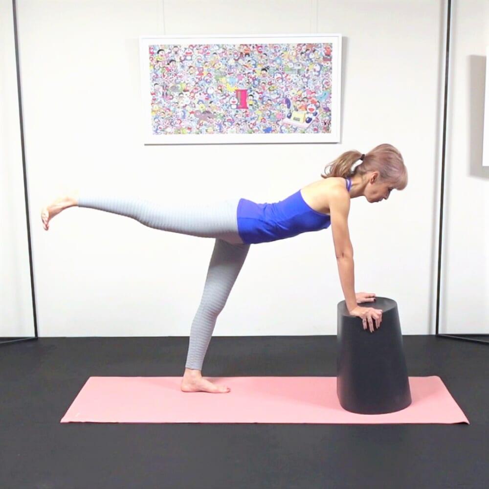 右脚を腰の高さに引き上げます。この時、腰が反り過ぎないように体幹(胴体部分)から脚を伸ばすよう意識し、腰を痛めないように注意してください