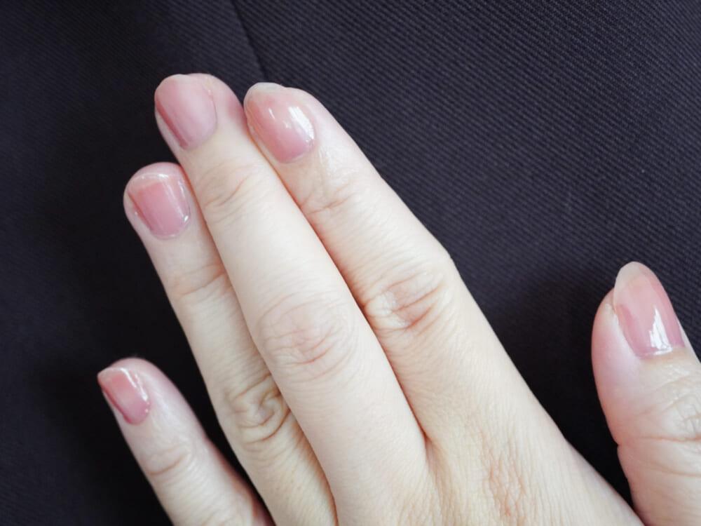 「01 ナチュラルピンク」は、血色感たっぷりのシアーなピンク。ヘルシーな手元になりたい時に活躍するカラーです