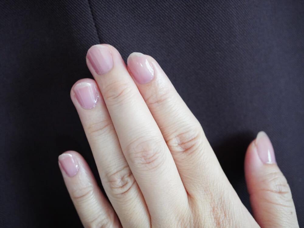 「02 ラベンダーピンク」は、血色感と透明感を両立するシアーな青みピンク。シーンを選ばず使いやすく、自然な若見えを叶えてくれます