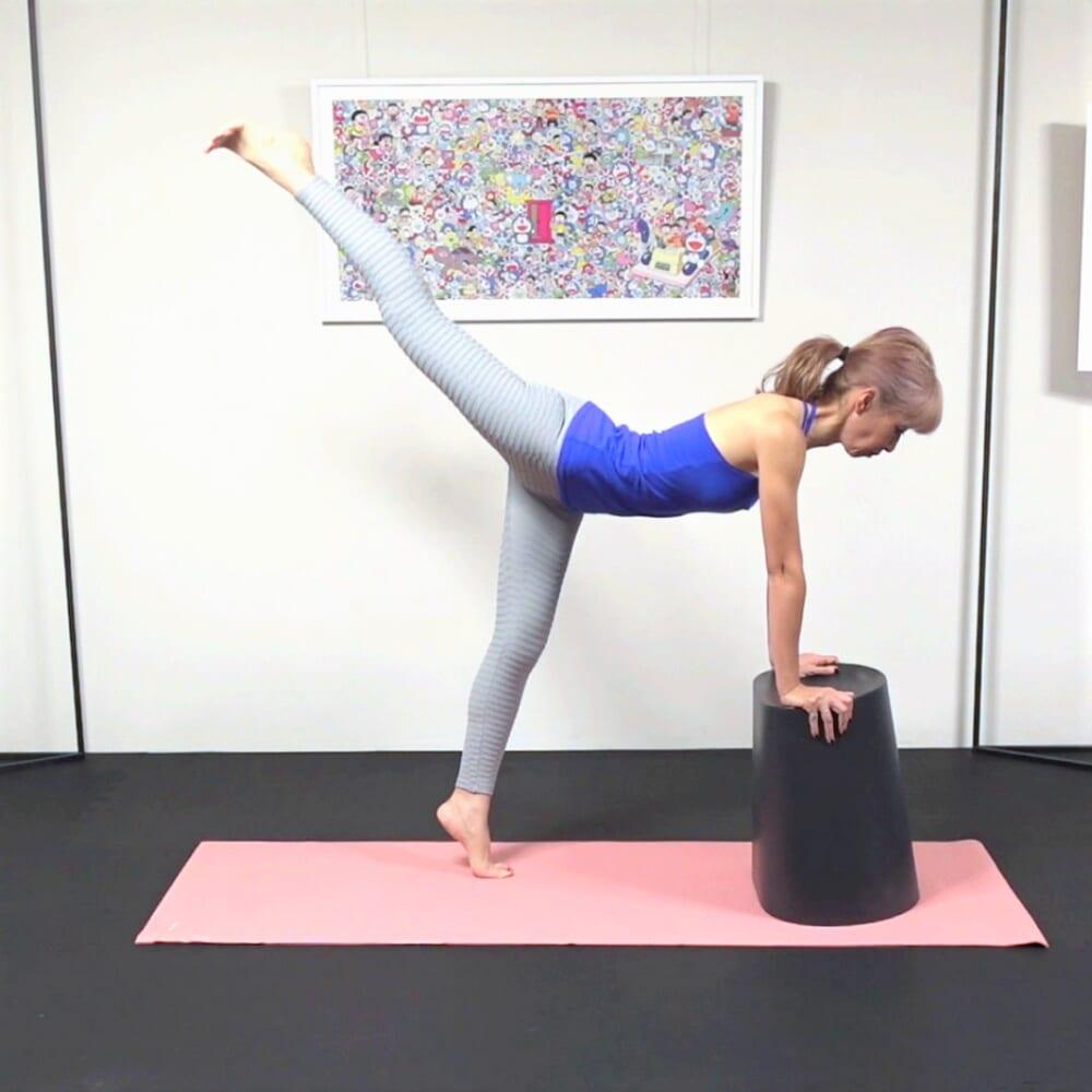 さらに、左かかとを床からはなし、(3)と同じ動作を10回行います。反対側も同様に動作を繰り返してください